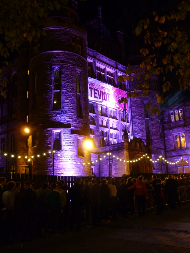 La queue devant Teviot pour le Fresher's Ball du samedi soir